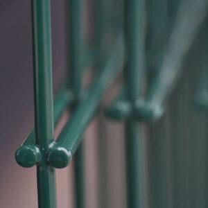 2d kerítés közelről, porfestett táblás kerítés